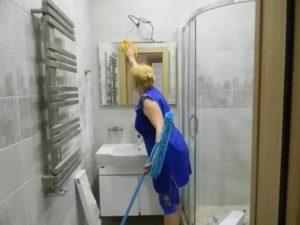 В обяззаности уборщицы входит мытье окон или нет