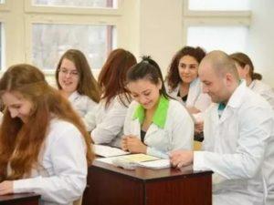 Где как можно поступать фармацевта в москве после 9 класса